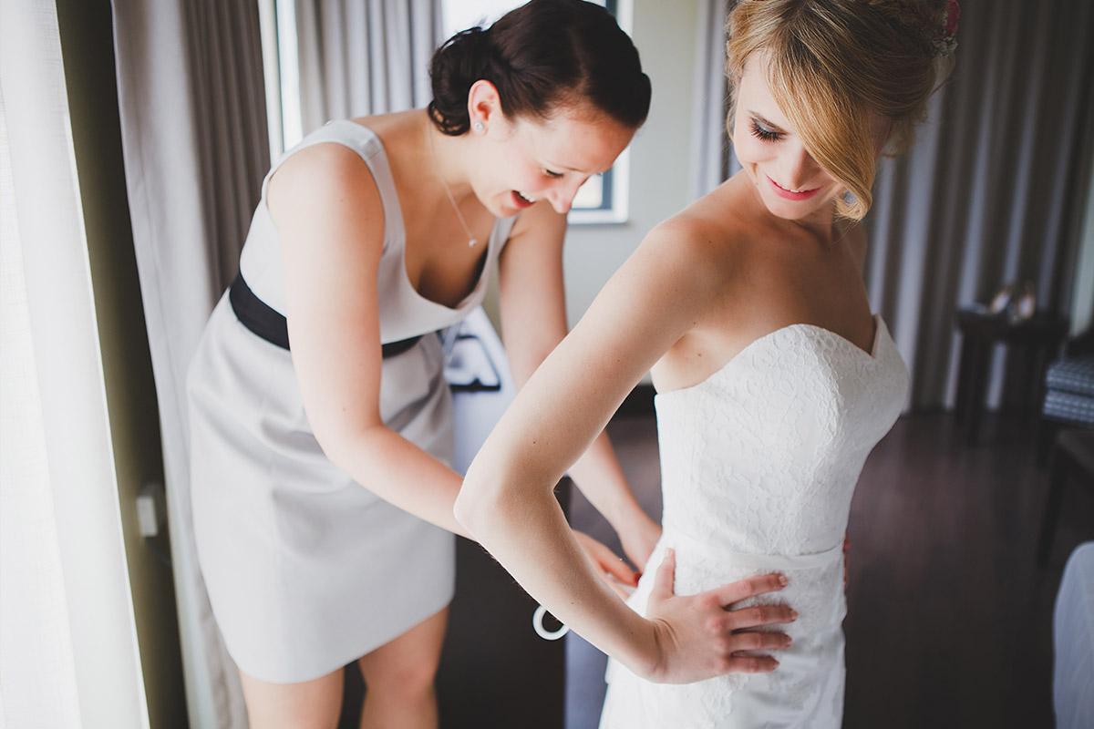 Hochzeitsreportagefoto von Vorbereitungen der Braut auf Schlosshochzeit in Schloss Marquardt Potsdam im Hotel NH Berlin Kurfürstendamm © Hochzeitsfotograf Berlin www.hochzeitslicht.de