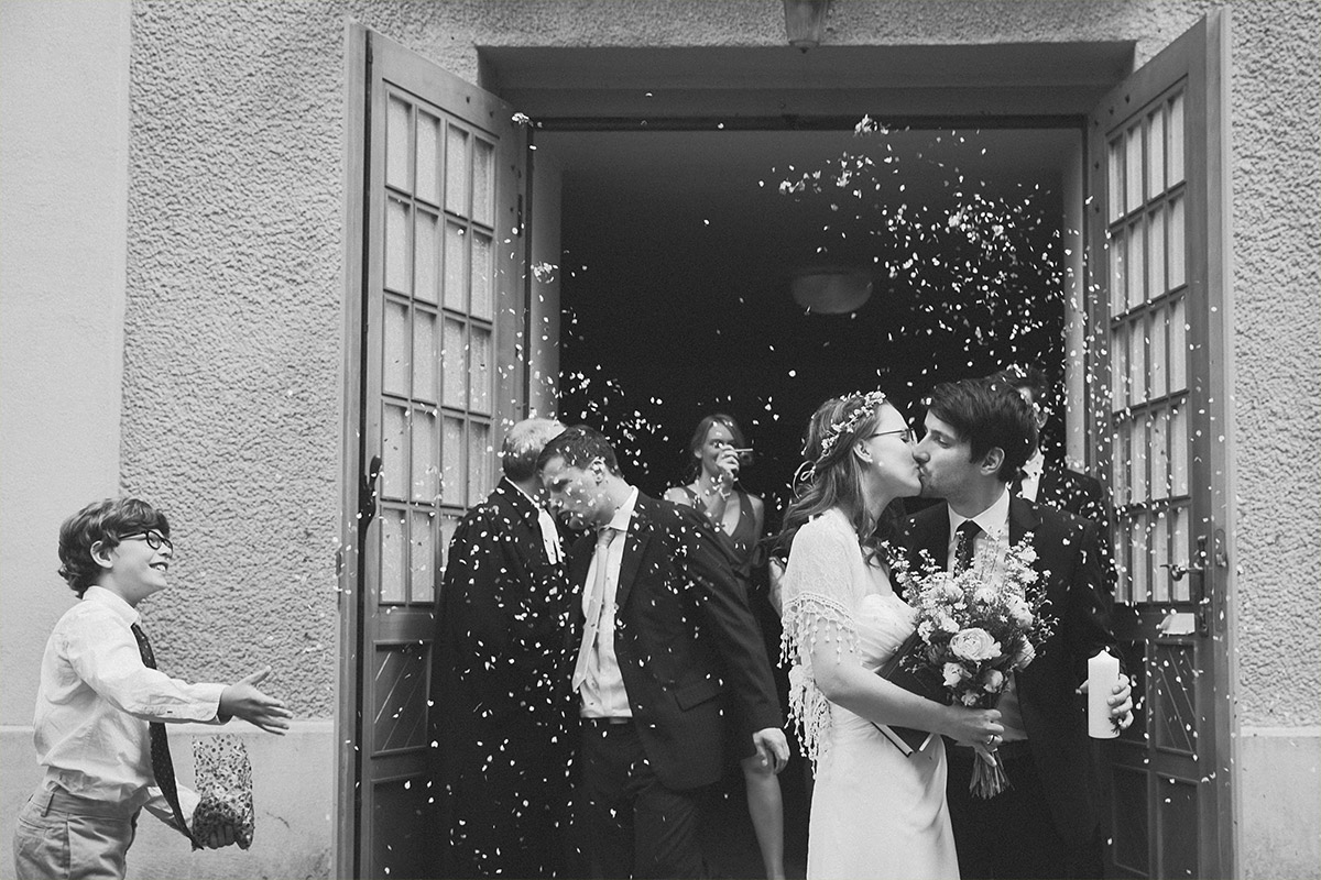 Hochzeitsfoto von Brautpaar nach Trauung im Spreewald aufgenommen von professionellem Hochzeitsfotografen © Hochzeit Berlin www.hochzeitslicht.de