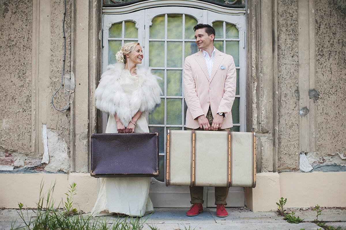 Hochzeitsfotografie von Brautpaar im Vintage-Look aufgenommen in der Nähe von Berlin im Schlos Marquardt Potsdam © Hochzeitsfotograf Berlin hochzeitslicht