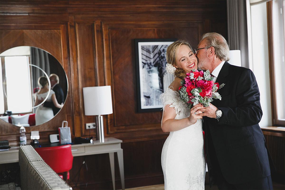 Hochzeitsreportage-Foto von Braut mit Brautvater vor Hochzeit im Hotel de Rome aufgenommen von professioneller Berliner Hochzeitsfotografin © Hochzeit Berlin