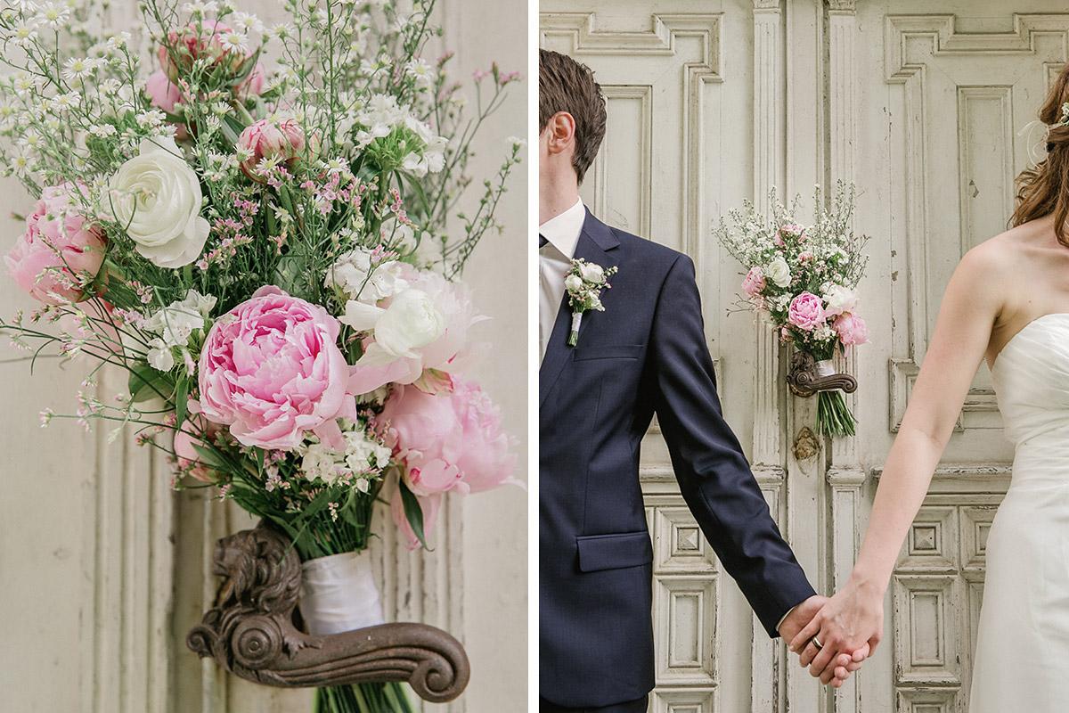 Romantisches Brautpaarfoto und Detailaufnahme von Brautstrauß aus Pfingstrosen aufgenommen von Hochzeitsfotografin Melanie Meissner © Hochzeit Berlin www.hochzeitslicht.de