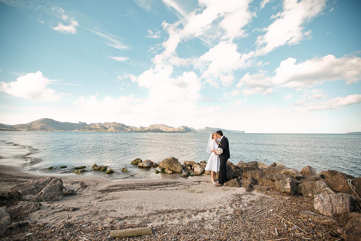 Brautpaar-Foto aufgenommen von Hochzeitsfotograf an Küste von Mallorca © Hochzeitsfotograf Berlin hochzeitslicht