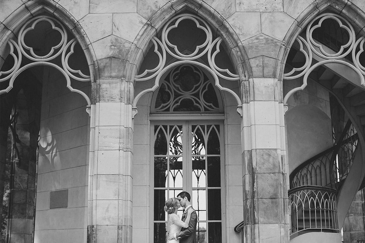 Romantisches Hochzeitsbild von Brautpaar bei eleganter Schlosshochzeit in Potsdam © Hochzeitsfotograf Berlin www.hochzeitslicht.de
