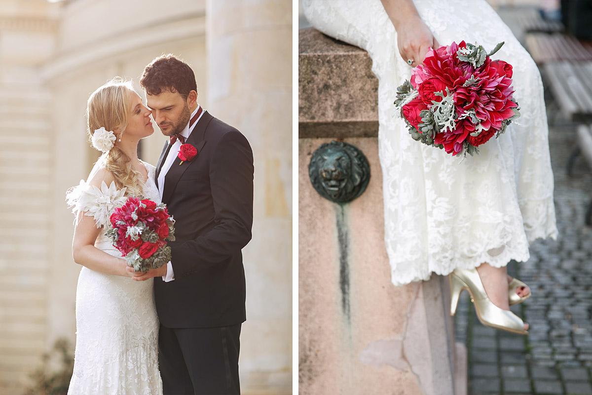 Hochzeitsfotografin von hochzeitslicht kombiniert Brautpaarfoto mit Foto vom pinken Brautstrauß in Berlin-Mitte auf dem Gendarmenmarkt © Hochzeit Berlin