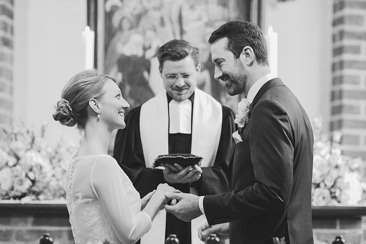 Hochzeitsreportage-Foto aufgenommen von professionellem Hochzeitsfotograf Berlin beim Ja-Wort des Brautpaares bei kirchlicher Trauung in St.-Annen-Kirche in Dahlem © Hochzeitsfotograf Berlin www.hochzeitslicht.de