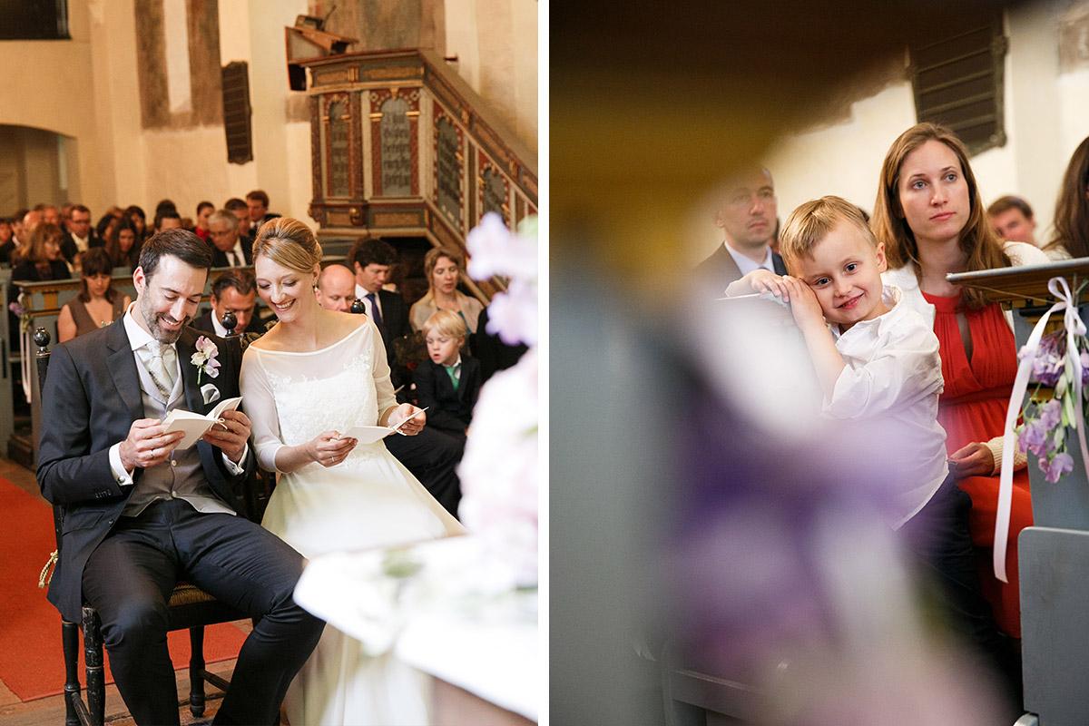Hochzeitsreportage-Fotos von Brautpaar und Gästen während Trauung in St Annen Kirche Berlin bei Schloss Glienicke Hochzeit © Hochzeitsfotograf Berlin www.hochzeitslicht.de