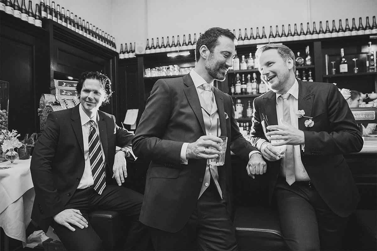 Hochzeitsreportage-Foto von Bräutigam und Gästen bei Hochzeitsfest am Abend in Restaurant Remise Schloss Glienicke in Berlin-Wannsee © Hochzeitsfotograf Berlin www.hochzeitslicht.de