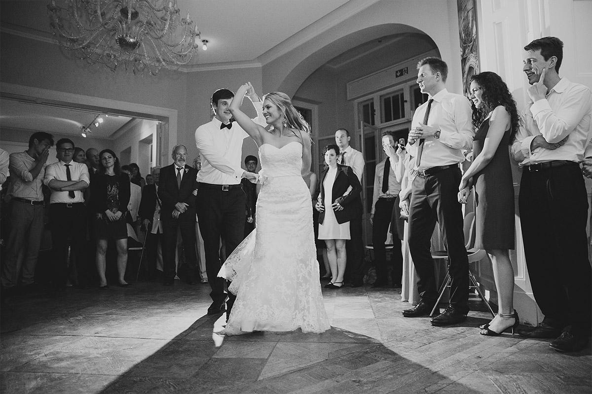 Hochzeitsreportage vom Hochzeitstanz bei abendlicher Hochzeitsfeier im Gästehaus Villa Blumenfisch © Hochzeitsfotograf Berlin www.hochzeitslicht.de