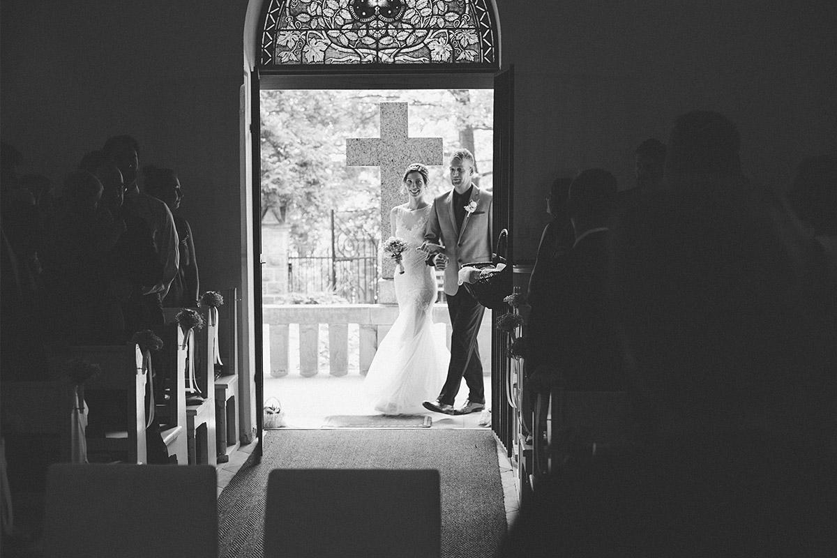 Hochzeitsfoto vom Einzug der Braut bei standesamtlicher Trauung in Kapelle Mellenau © Hochzeit Berlin www.hochzeitslicht.de