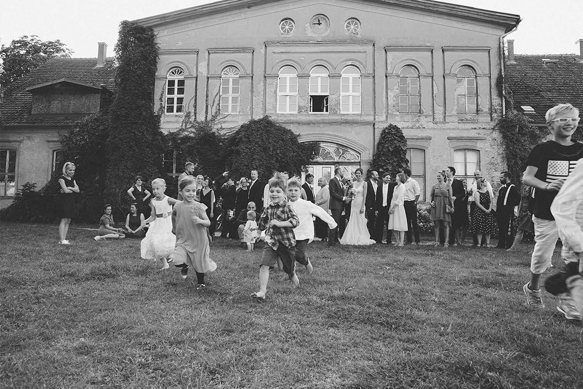 Ungestelltes Hochzeitsfoto bei Sommerhochzeit im Kultur-Gut Wrechen © Hochzeit Berlin www.hochzeitslicht.de