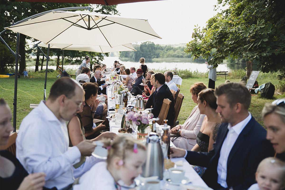 Hochzeitsgesellschaft beim Essen während Landhochzeit auf Kultur-Gut Wrechen © Hochzeit Berlin www.hochzeitslicht.de