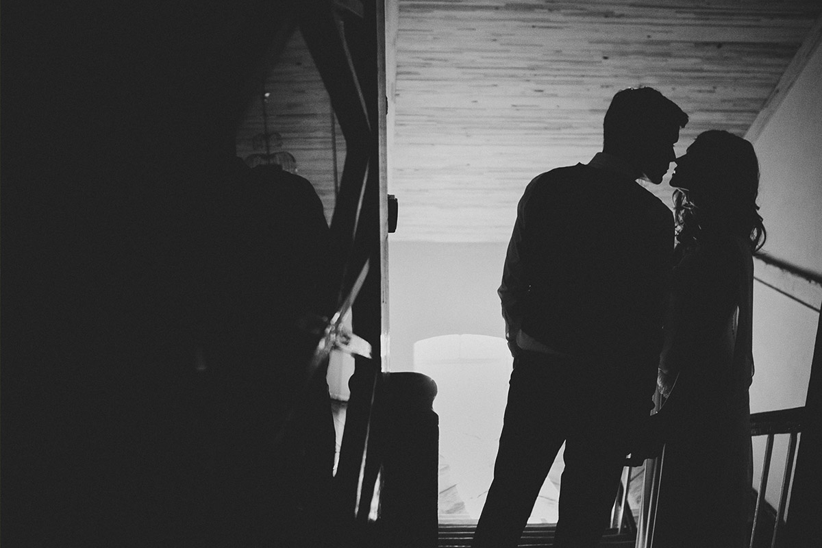 Schwarz-Weiß Hochzeitsfoto von Brautpaar bei Landhochzeit im Kultur-Gut Wrechen © Hochzeitsfotograf Berlin hochzeitslicht
