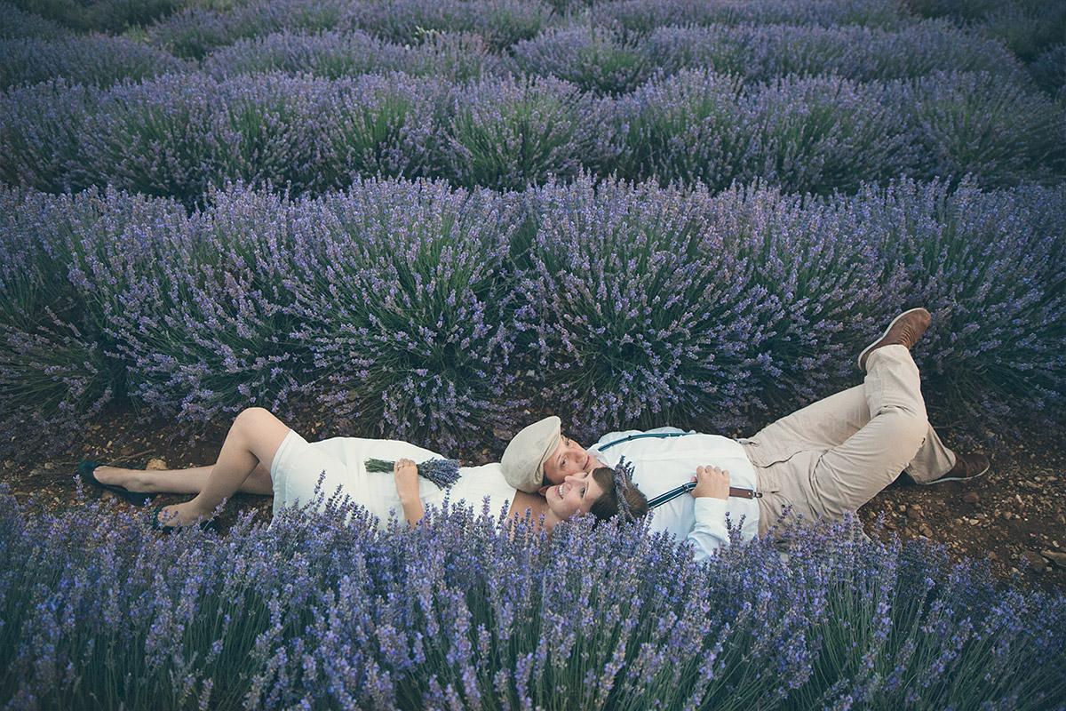 Romantisches Paar-Shooting im Lavendelfeld in der Provence mit professionellem Berliner Fotografen © Fotostudio Berlin LUMENTIS