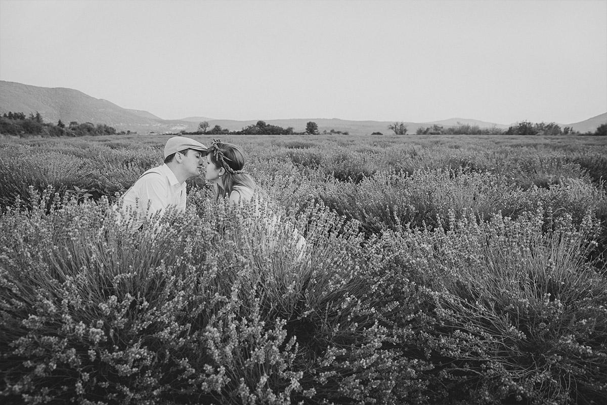 Schwarz-weiß Paarfotografie aufgenommen von Berliner Paarfotografinnen bei Paarfotoshooting outdoor in Lavendelfeld Provence Frankreich © Fotostudio Berlin LUMENTIS