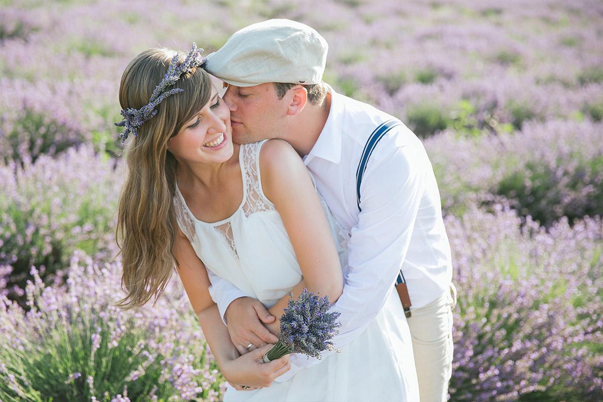 Paarfotos mit Haarkranz aufgenommen im Lavendelfeld in der Provence © Fotostudio Berlin LUMENTIS