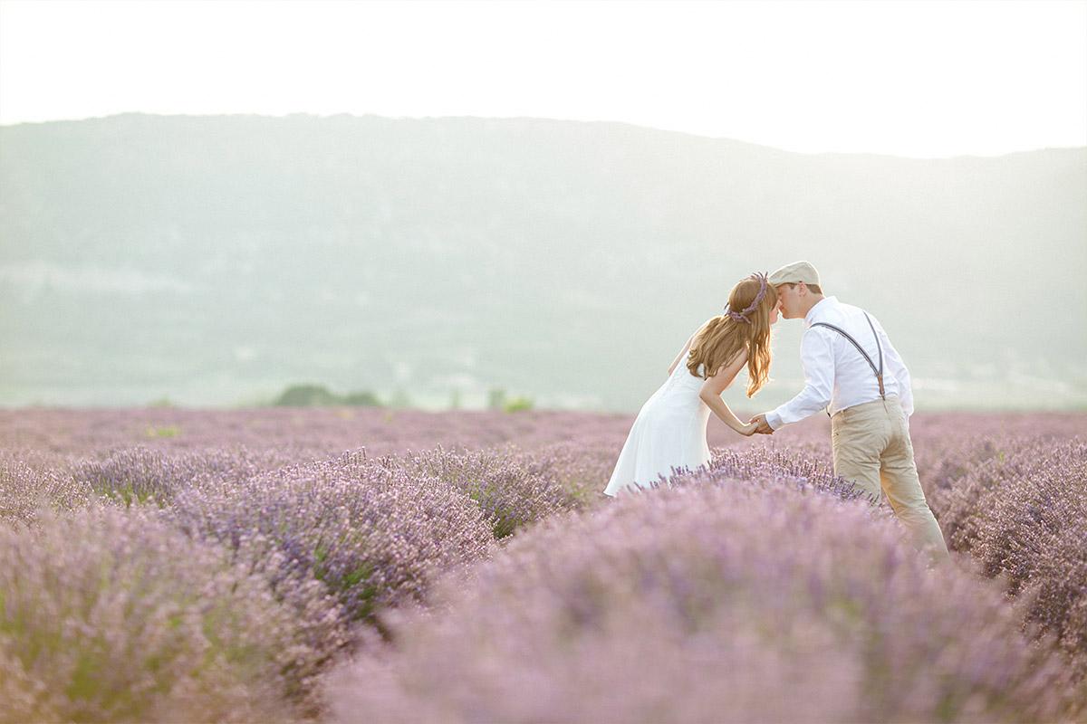 LUMENTIS-Paarfoto aufgenommen im Lavendelfeld in der Provence von Berliner Paarfotografinnen © Fotostudio Berlin LUMENTIS