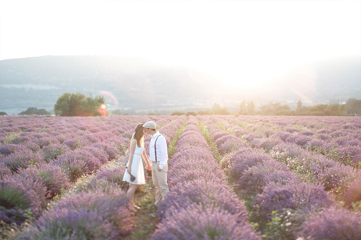 Paar bei Paarfotoshooting bei Sonnenuntergang aufgenommen von Berliner Paarfotografinnen in Lavendelfeld in der Provence, Frankreich © Fotostudio Berlin LUMENTIS
