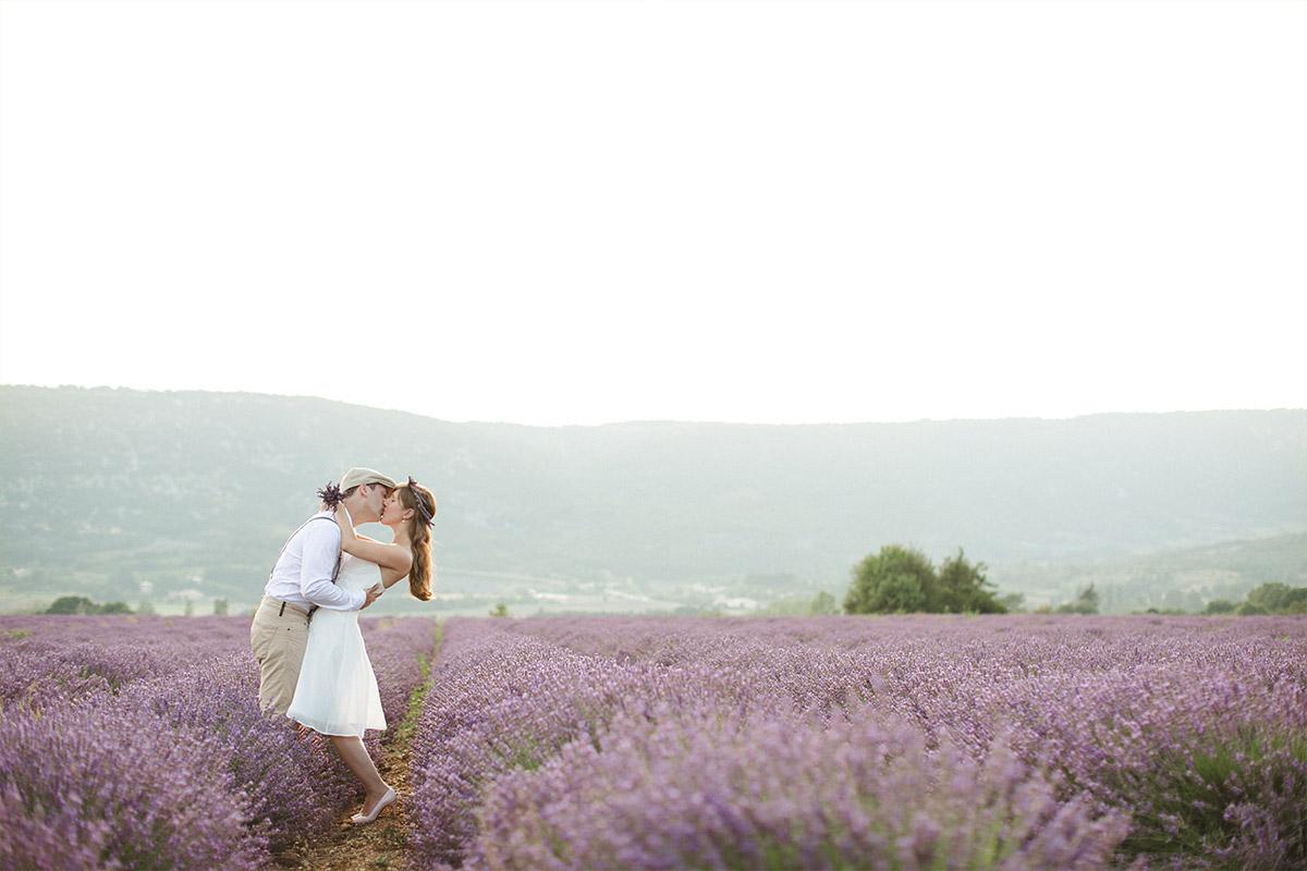 Outdoor Pärchenfotoshooting aufgenommen von professionellem Paarfotograf in Lavendelfeld, Provence © Fotostudio Berlin LUMENTIS