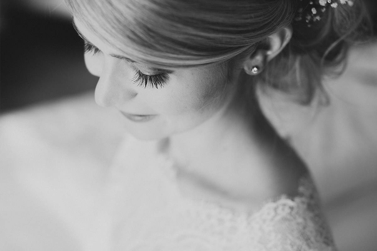 Hochzeitsportrait der Braut aufgenommen von Hochzeitsfotograf Potsdam bei Vorbereitungen auf Hochzeit Potsdam Schloss Sanssouci © Hochzeitsfotograf Berlin www.hochzeitslicht.de