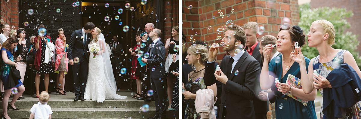 Hochzeitsfotos von Brautpaar beim Auszug aus der Kirche und Gratulation der Gäste mit Seifenblasen © Hochzeitsfotograf Berlin www.hochzeitslicht.de