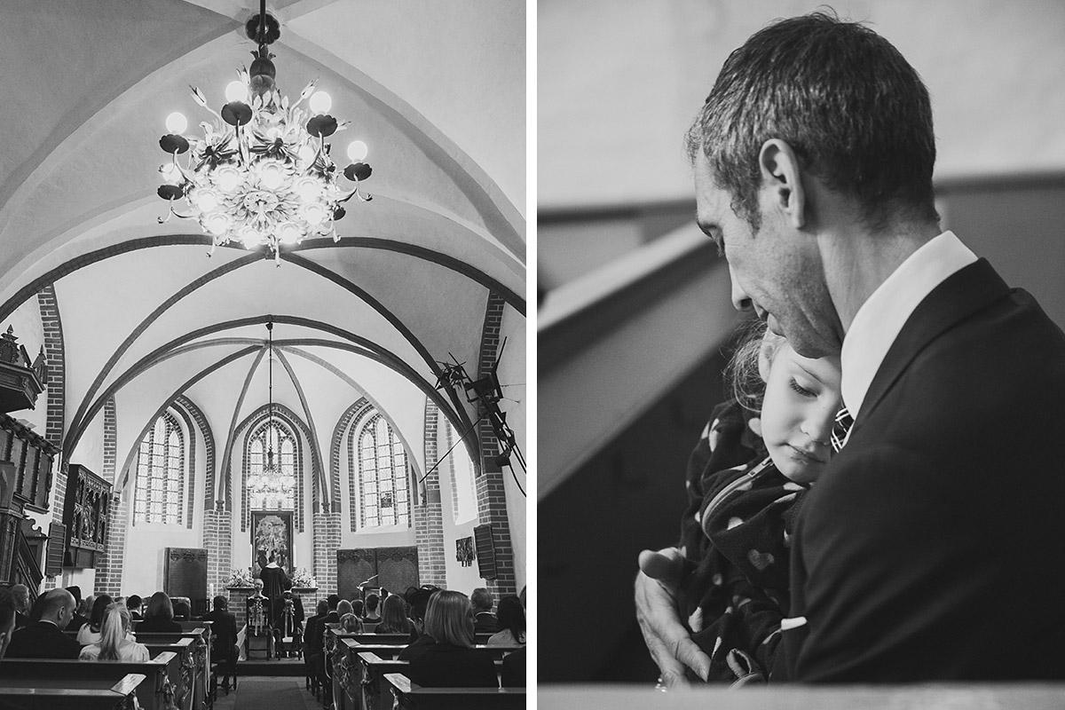 Professionelle Hochzeitsfotos von Gästen während kirchlicher Trauung in St.-Annen-Kirche Berlin-Dahlem © Hochzeitsfotograf Berlin www.hochzeitslicht.de