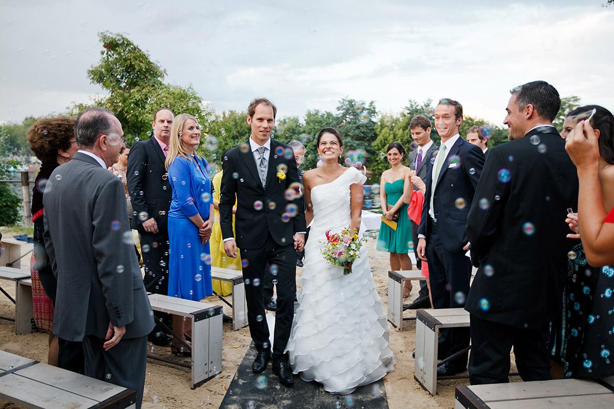 Hochzeitsbild von Auszug des Brautpaars nach Trauung in Sage Restaurant Berlin aufgenommen von professionellem Berliner Hochzeitsfotograf © Hochzeit Berlin www.hochzeitslicht.de