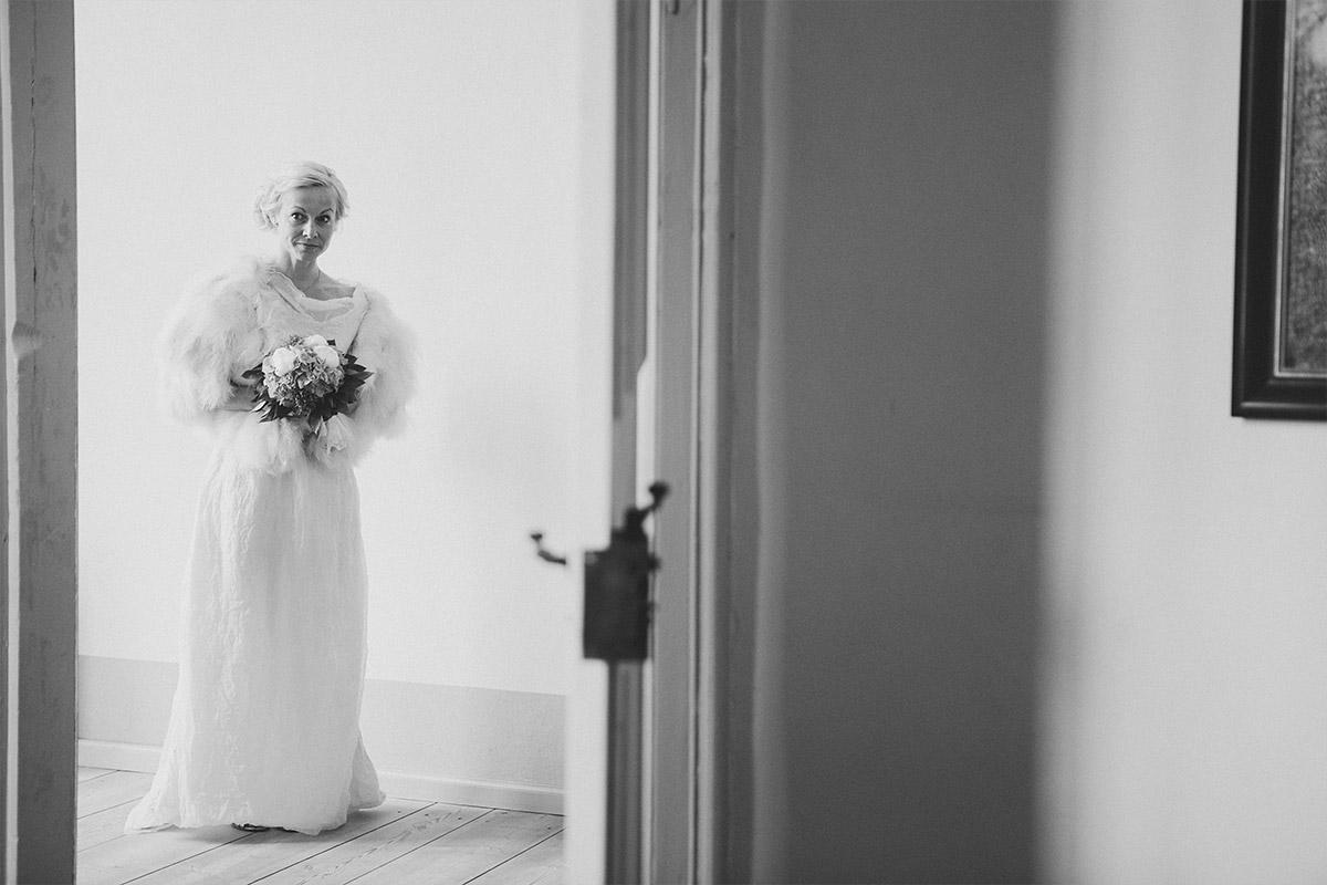 Hochzeitsfoto von Braut bei standesamtlicher Trauung im Schloss Caputh © Hochzeitsfotograf Berlin hochzeitslicht