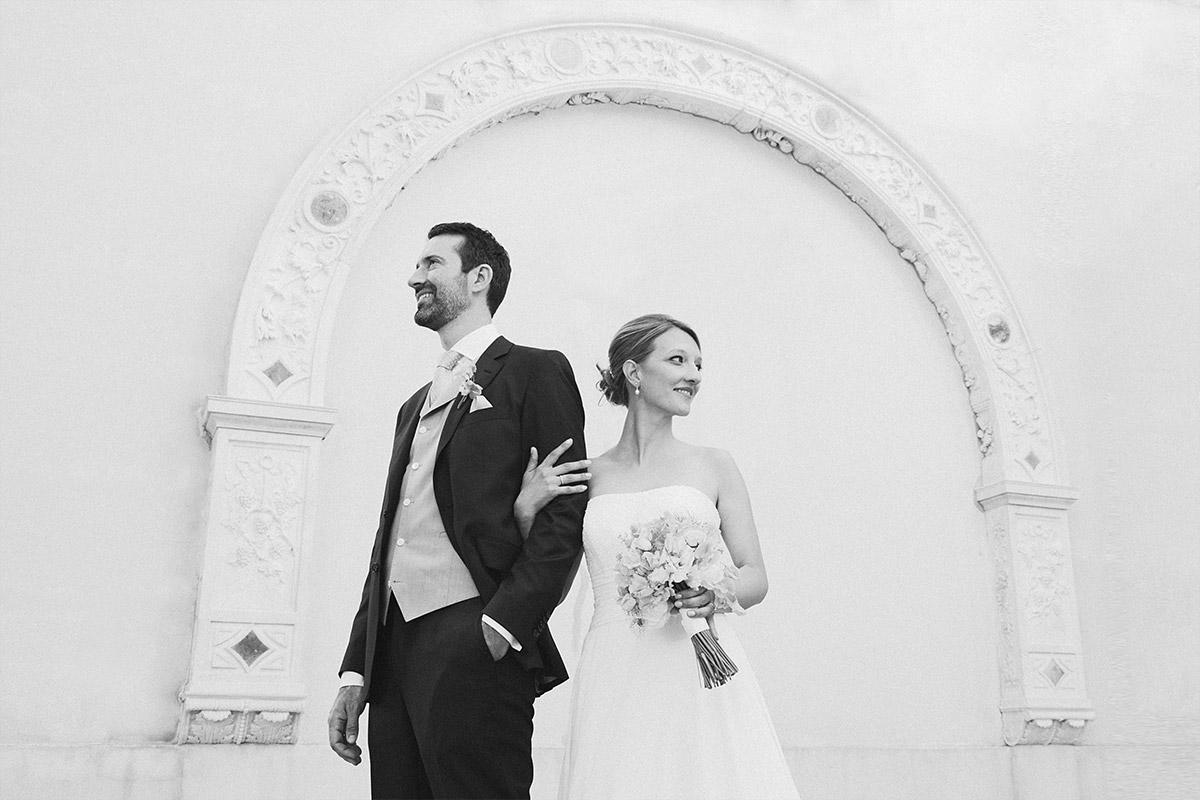 Künstlerisches Brautpaarfoto bei Schloss Glienicke Hochzeit in Berlin-Wannsee © Hochzeitsfotograf Berlin www.hochzeitslicht.de
