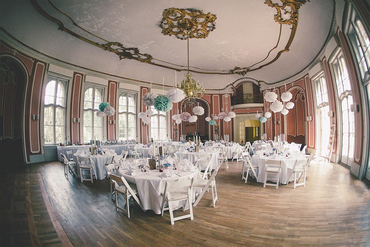 Festsaal im Schloss Marquardt dekoriert mit selbstgebastelten Papier-Pompoms bei DIY-Hochzeit Potsdam © Hochzeitsfotograf Berlin hochzeitslicht