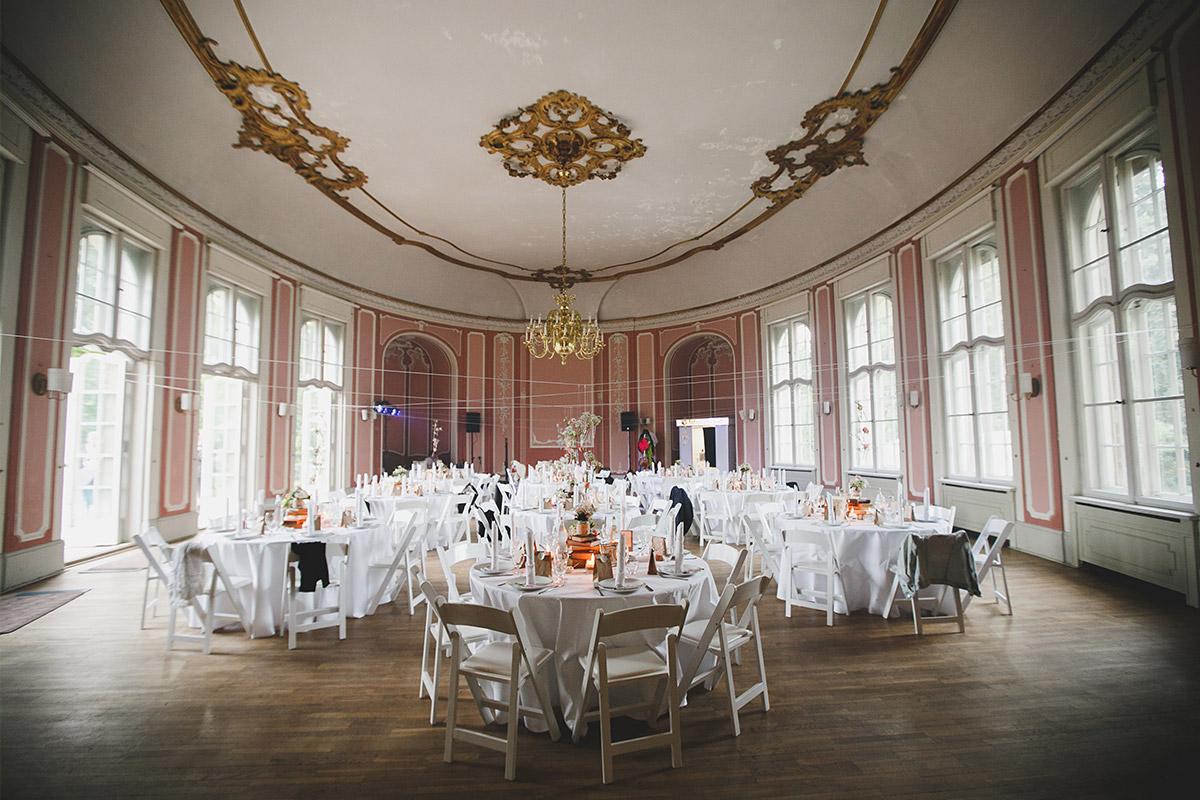 Hochzeitsfoto von geschmücktem Festsaal bei eleganter Schloss-Marquardt-Hochzeit Potsdam © Hochzeitsfotograf Berlin www.hochzeitslicht.de