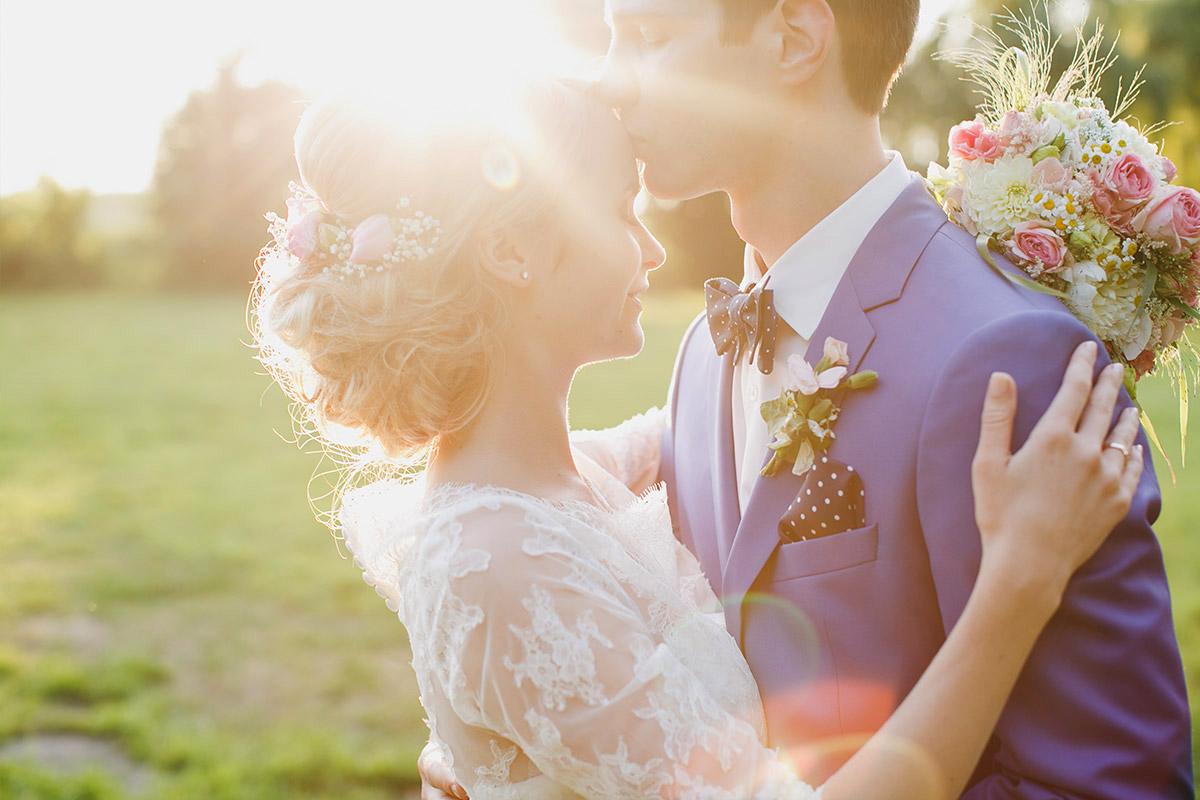 Romantisches Brautpaarfoto bei Sonnenuntergang aufgenommen von professionellem Hochzeitsfotograf Potsdam bei Hochzeit im Schloss Marquardt © Hochzeitsfotograf Berlin www.hochzeitslicht.de