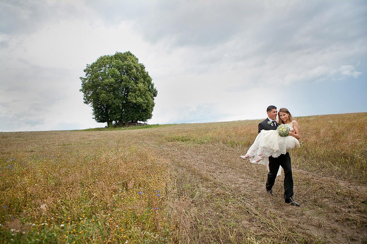 Hochzeitsfotografie des Brautpaares aufgenommen in Feld in der Nähe von Schloss und Gut Liebenberg © Hochzeitsfotograf Berlin hochzeitslicht