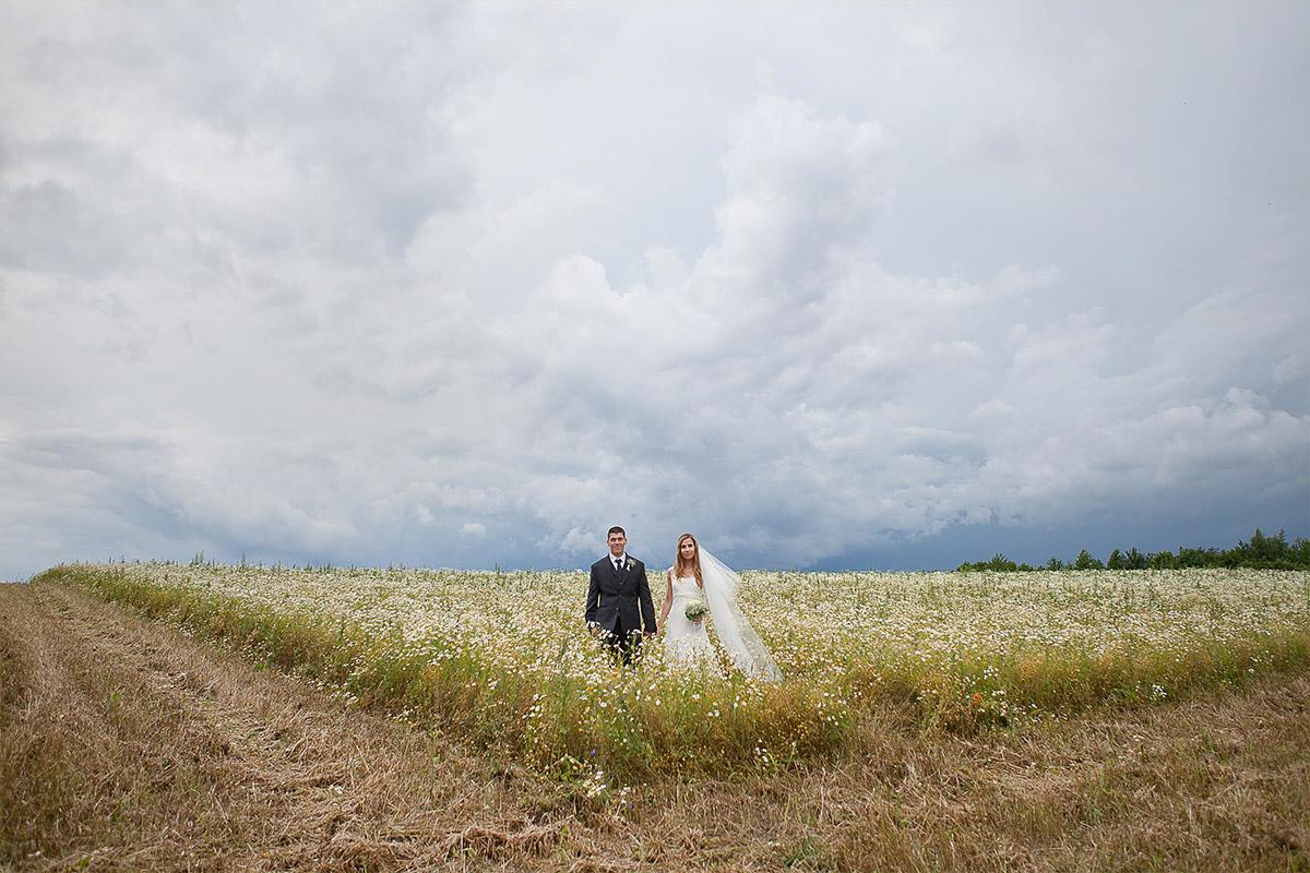 Hochzeitsfoto von Brautpaar bei vintage Hochzeit auf Schloss und Gut Liebenberg Löwenberger Land © Hochzeitsfotograf Berlin hochzeitslicht