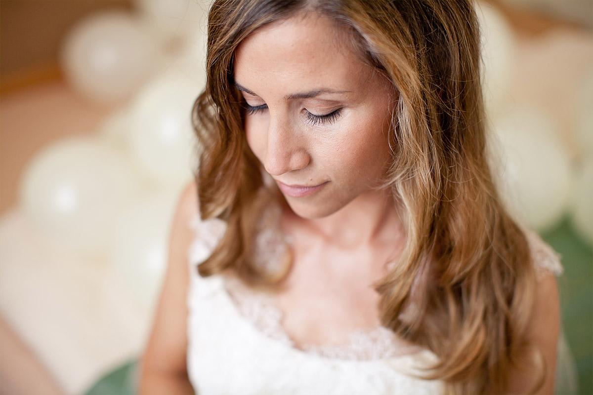 Portraitfoto der Braut bei Hochzeitsvorbereitungen auf Vintage-Hochzeit aufgenommen von Hochzeitsfotograf im Schloss und Gut Liebenberg © Hochzeitsfotograf Berlin hochzeitslicht
