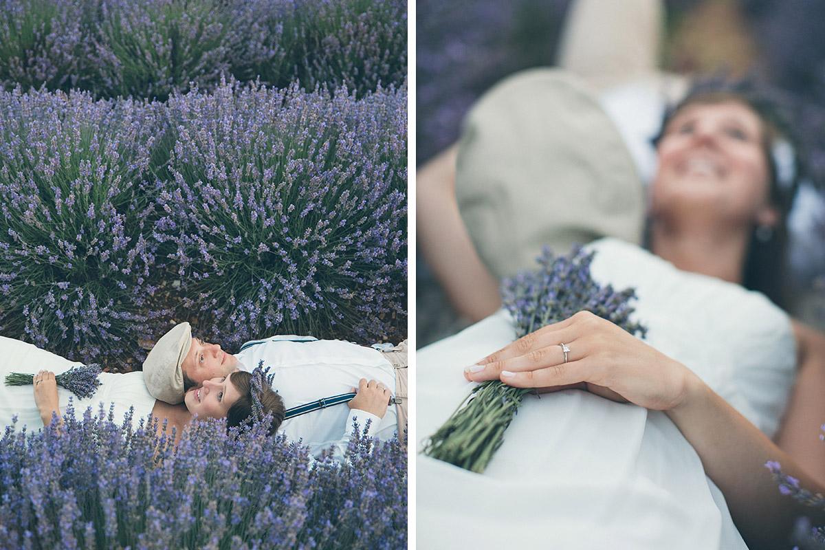 Professionelles Paarfoto-Shooting mit Paar in Lavendelfeld aufgenommen von Berliner Profi-Fotografin in Provence, Frankreich © Fotostudio Berlin LUMENTIS