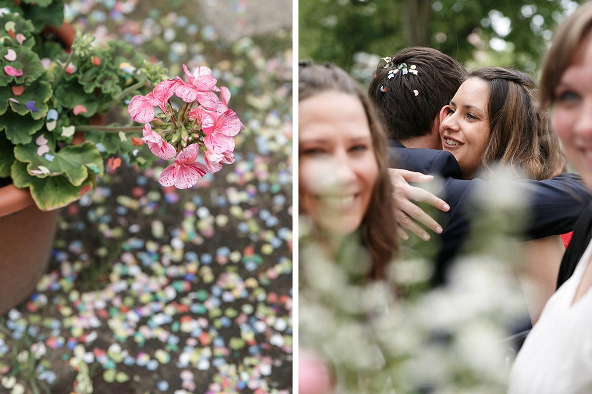 Hochzeitsfotos von Gratulation der Gäste bei Spreewaldhochzeit und Detailaufnahme von Blumendekoration und Konfetti © Hochzeit Berlin www.hochzeitslicht.de