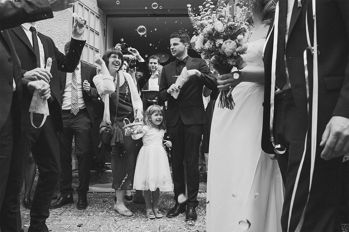 Hochzeitsreportage-Foto von Gratulation der Gäste nach Trauung bei Spreewaldhochzeit © Hochzeit Berlin www.hochzeitslicht.de