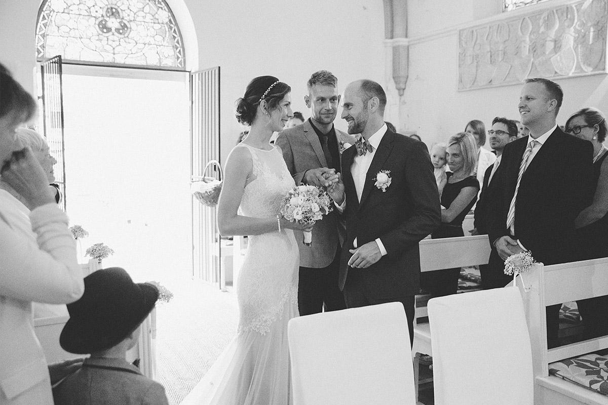 Hochzeitsreportagefoto von Brautpaar bei Hochzeit in Kapelle Mellenau bei Kulturgut Wrechen Hochzeit © Hochzeit Berlin www.hochzeitslicht.de