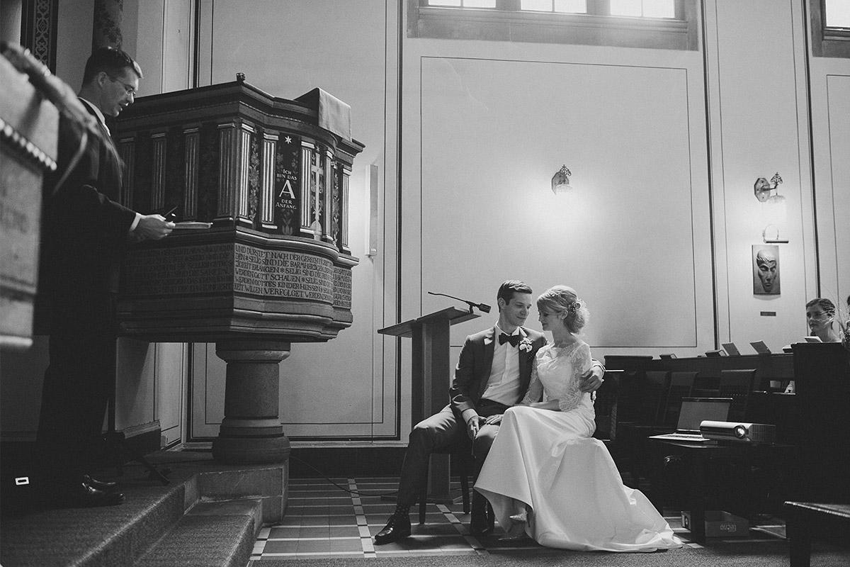 Hochzeitsfoto von Trauung in Kirche Nikolassee © Hochzeitsfotograf Berlin www.hochzeitslicht.de