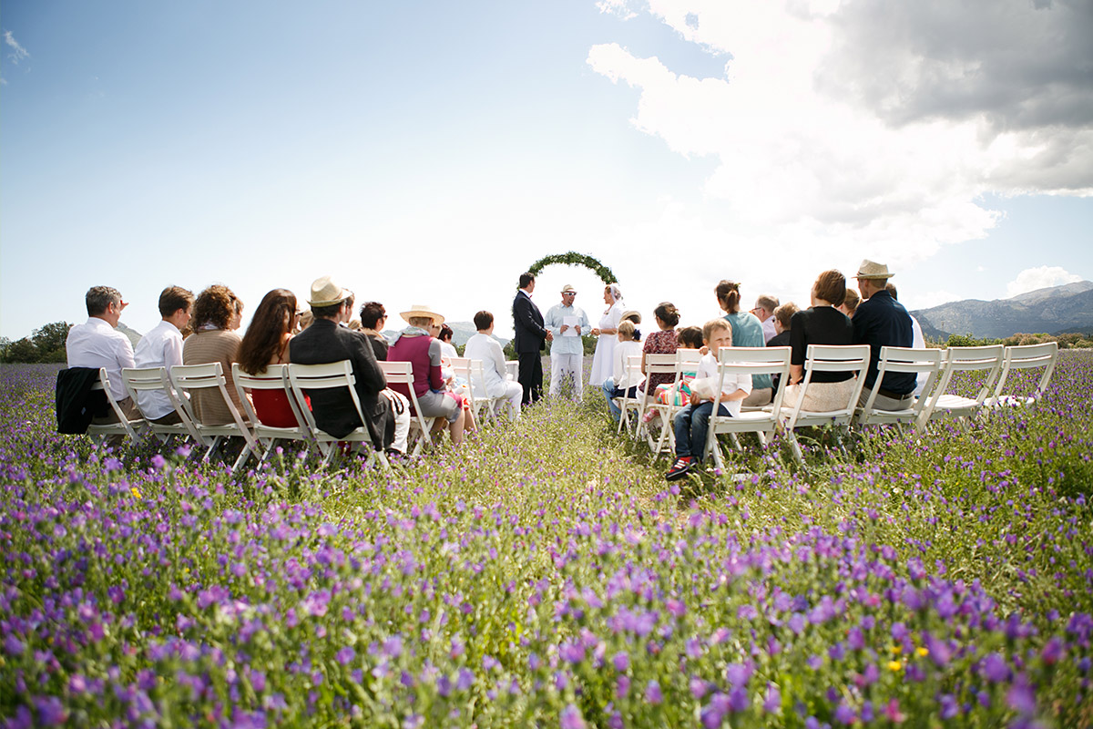 Trauung auf Blumenwiese auf Mallorca © Hochzeitsfotograf Berlin hochzeitslicht