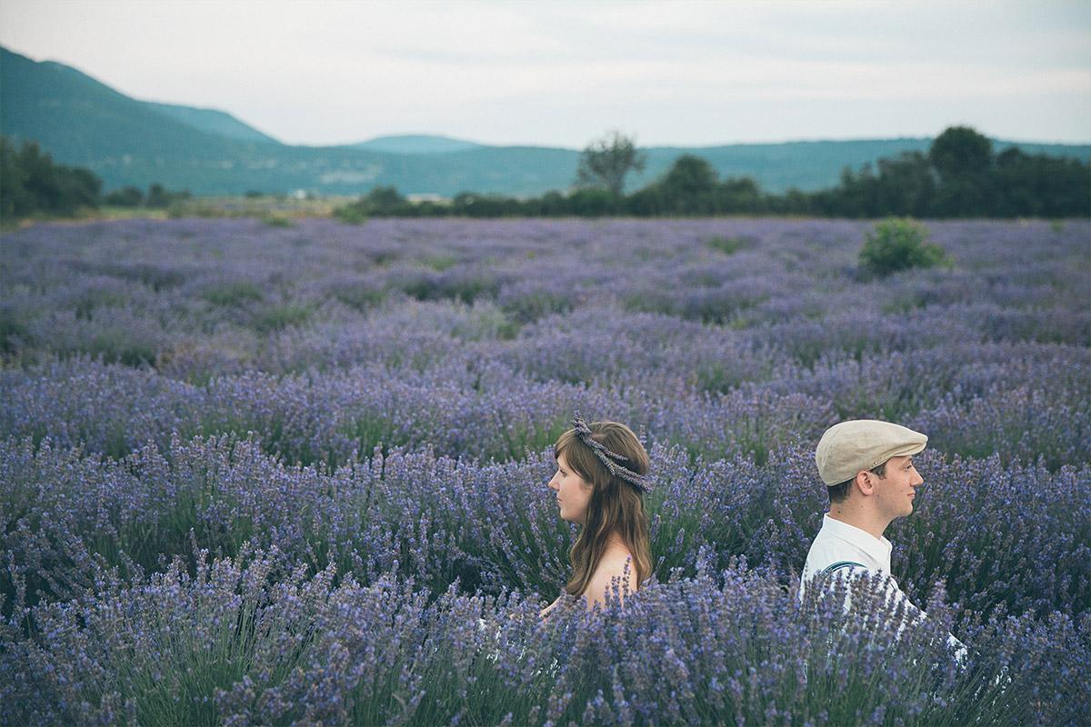 Kreatives Verlobungsfoto aufgenommen in Lavendelfeld in der Provence von Berliner Profi-Fotografen © Fotostudio Berlin LUMENTIS