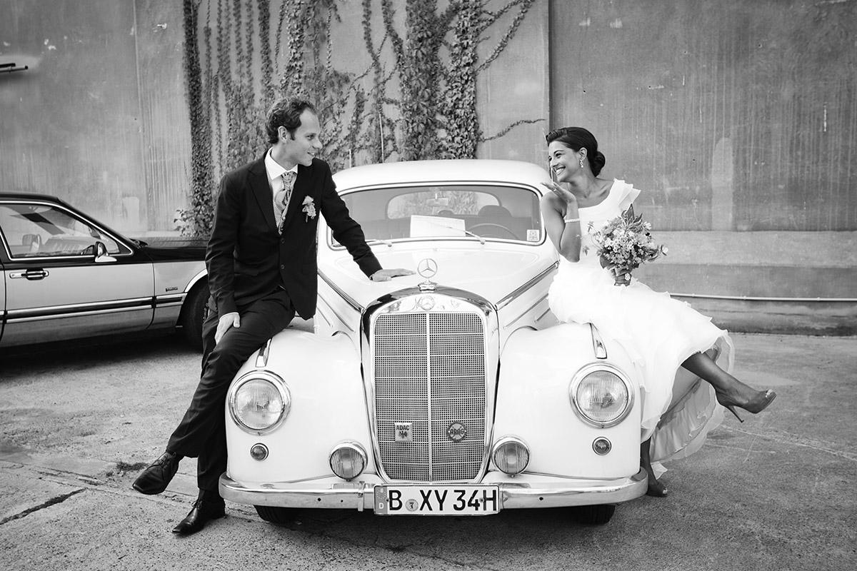 Hochzeitsfoto von Brautpaar mit vintage Hochzeitsauto bei Vintagehochzeit in Sage Restaurant Berlin Kreuzberg © Hochzeit Berlin www.hochzeitslicht.de