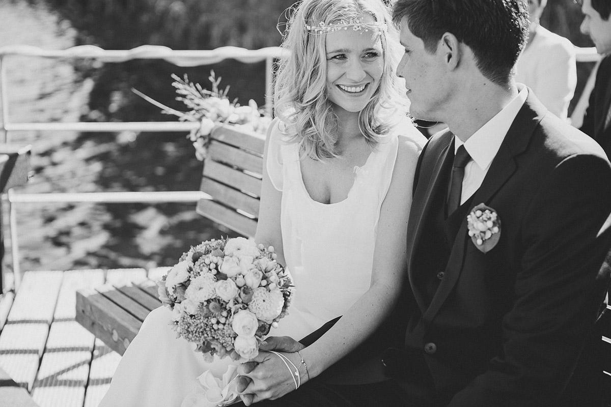 Hochzeitsreportage-Foto von Braut und Bräutigam bei freier Trauung während Vintagehochzeit auf dem Kulturgut Wrechen © Hochzeitsfotograf Berlin hochzeitslicht