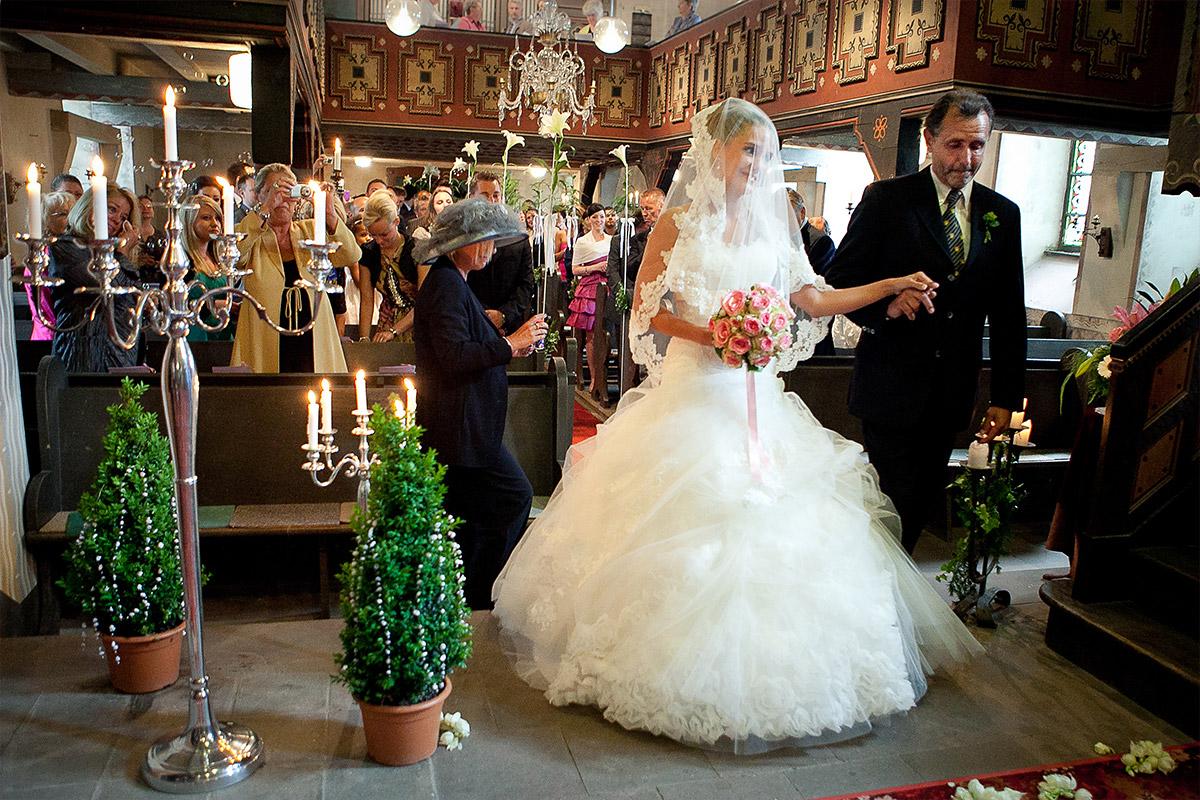 Hochzeitsfoto von kirchlicher Trauung bei Gut Wendgräben Hochzeit Havelland © Hochzeitsfotograf Berlin www.hochzeitslicht.de