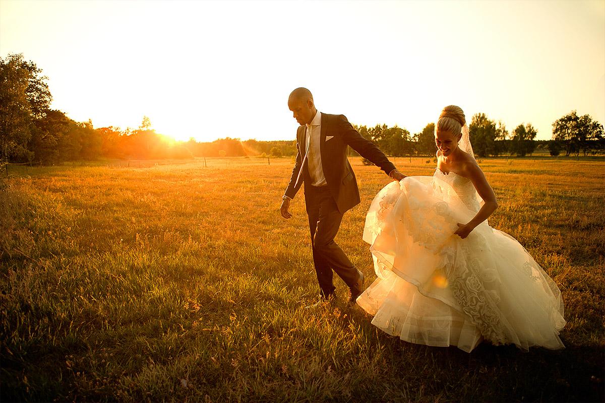romantisches Hochzeitsfoto von Brautpaar bei Sonnenuntergang auf Feld bei Gut Wendgräben Hochzeit Brandenburg © Hochzeitsfotograf Berlin www.hochzeitslicht.de