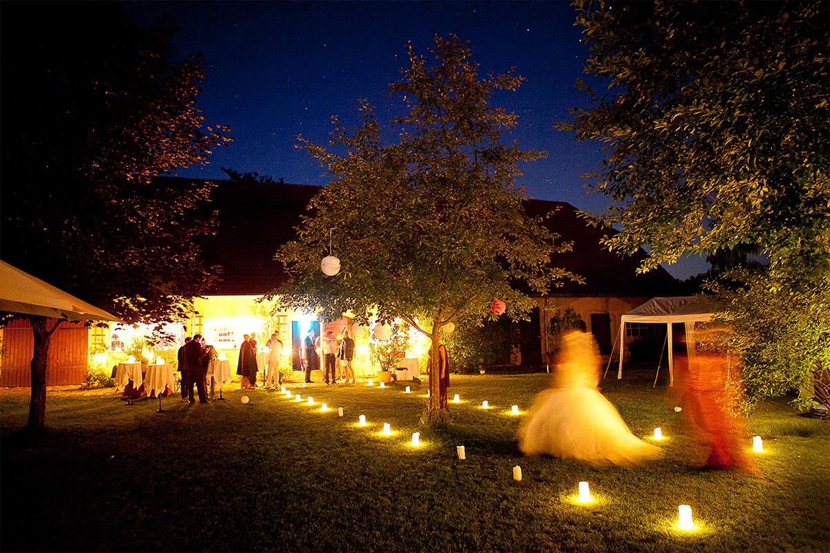 Hochzeitsfoto am Abend bei Gut-Wendgräben-Hochzeit in Brandenburg an der Havel © Hochzeitsfotograf Berlin www.hochzeitslicht.de