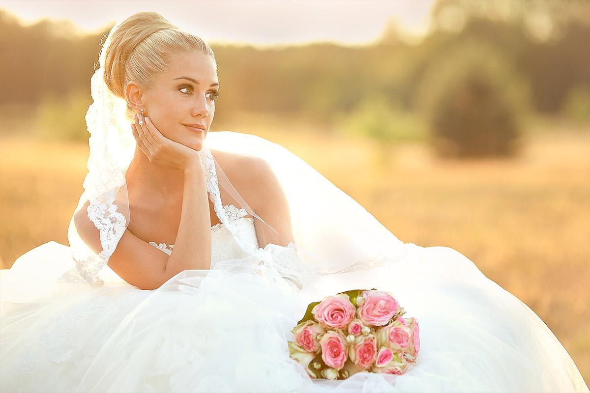Hochzeitsfoto der Braut aufgenommen von Hochzeitsfotograf in Feld bei Hochzeit auf Gut Wendgräben in Brandenburg an der Havel © Hochzeitsfotograf Berlin www.hochzeitslicht.de