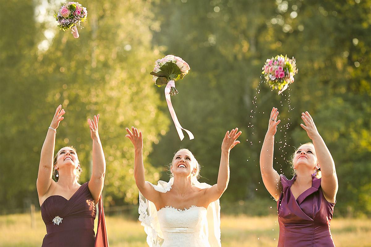 Hochzeitsfoto von Braut mit Brautjungfern bei Landhochzeit auf Gut Wendgräben aufgenommen von professionellem Hochzeitsfotograf in Brandenburg © Hochzeitsfotograf Berlin www.hochzeitslicht.de
