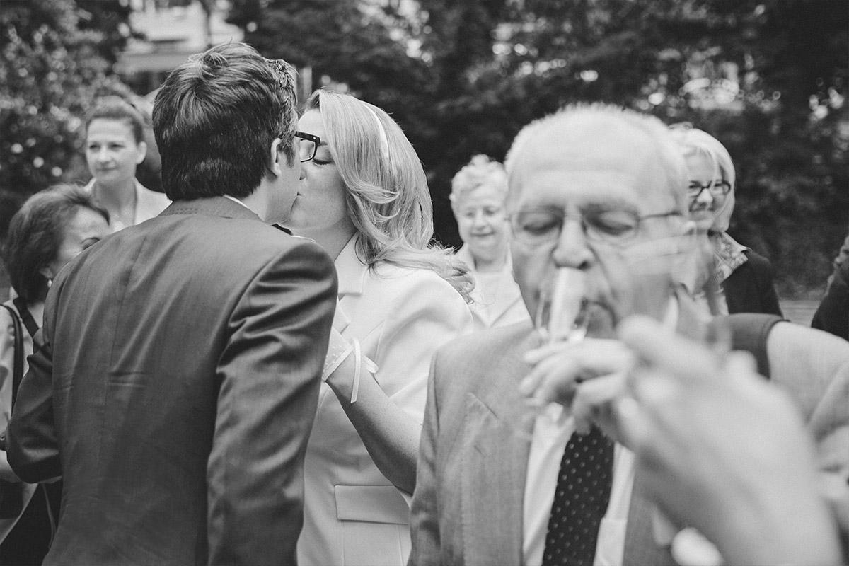 Hochzeitsreportage bei Champagnerempfang nach standesamtlicher Trauung vor der Hochzeitsvilla Berlin Standesamt Zehlendorf © Hochzeitsfotograf Berlin hochzeitslicht