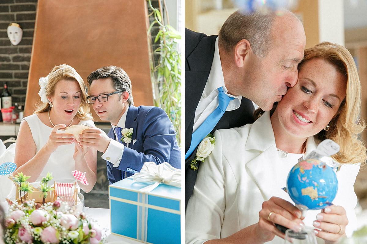 Hochzeitsreportage-Foto vom Brautpaar beim Öffnen ihrer Hochzeitsgeschenke während Hochzeitsfeier nach standesamtlicher Trauung in Hochzeitsvilla Berlin Zehlendorf © Hochzeitsfotograf Berlin hochzeitslicht